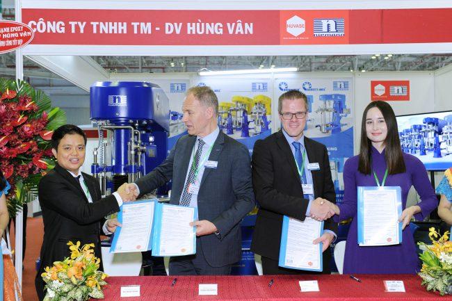 Lễ Ký Kết thỏa thuận phân phối tại thị trường Đông Nam Á diễn ra trong khuôn khổ Triễn lãm giữa Chủ tịch tập đoàn Ông Frank Niemann và Giám đốc công ty Hùng Vân ông Bùi Ngọc Hùng